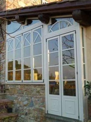 una porta bianca e delle finestre