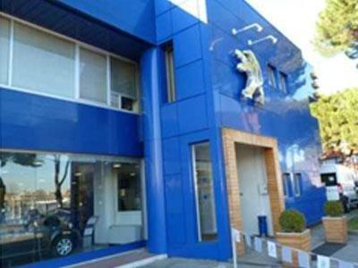 le vetrate di un concessionario Peugeot di color blu