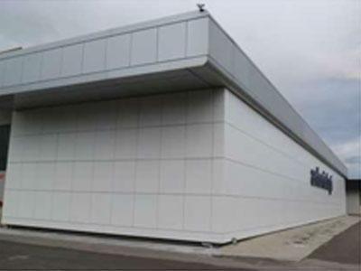 un edificio bianco