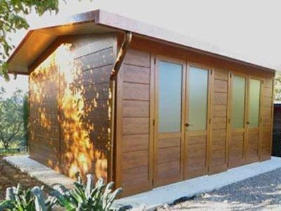 una casetta in legno con delle finestre