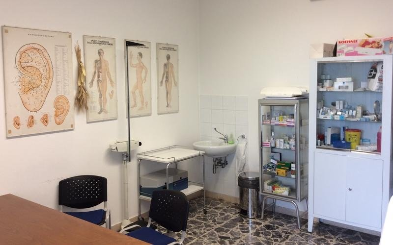 lavandino e scaffali con prodotti medici in ufficio