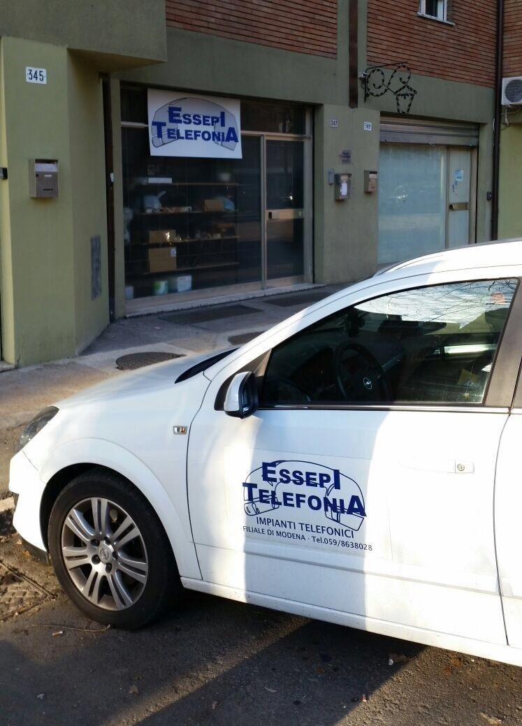 auto ESSEPI TELEFONIA parcheggiata davanti al negozio