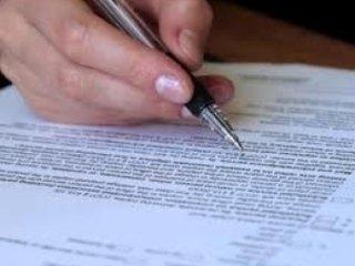 persona firma un contratto