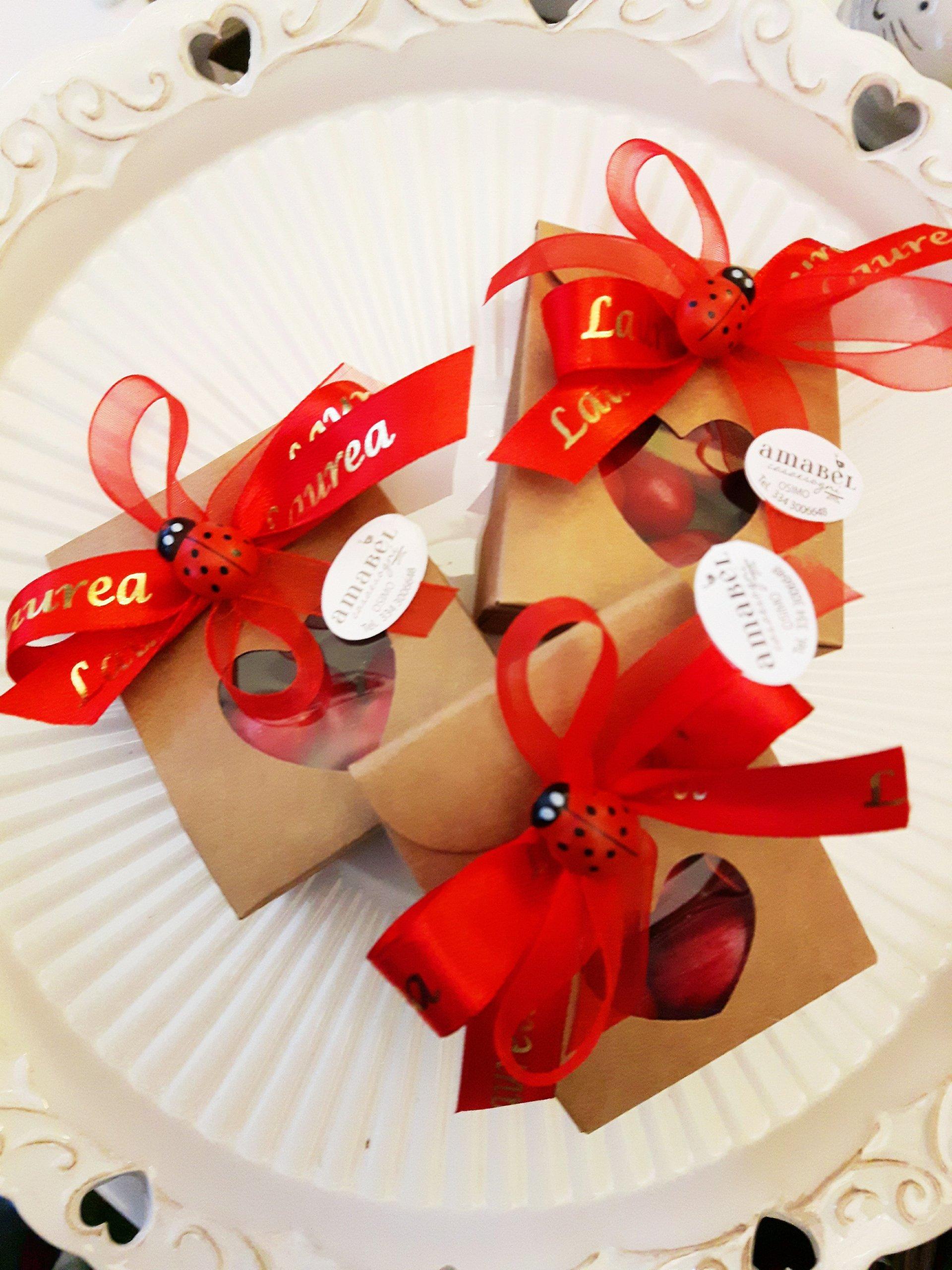 confezioni regalo con nastro rosso