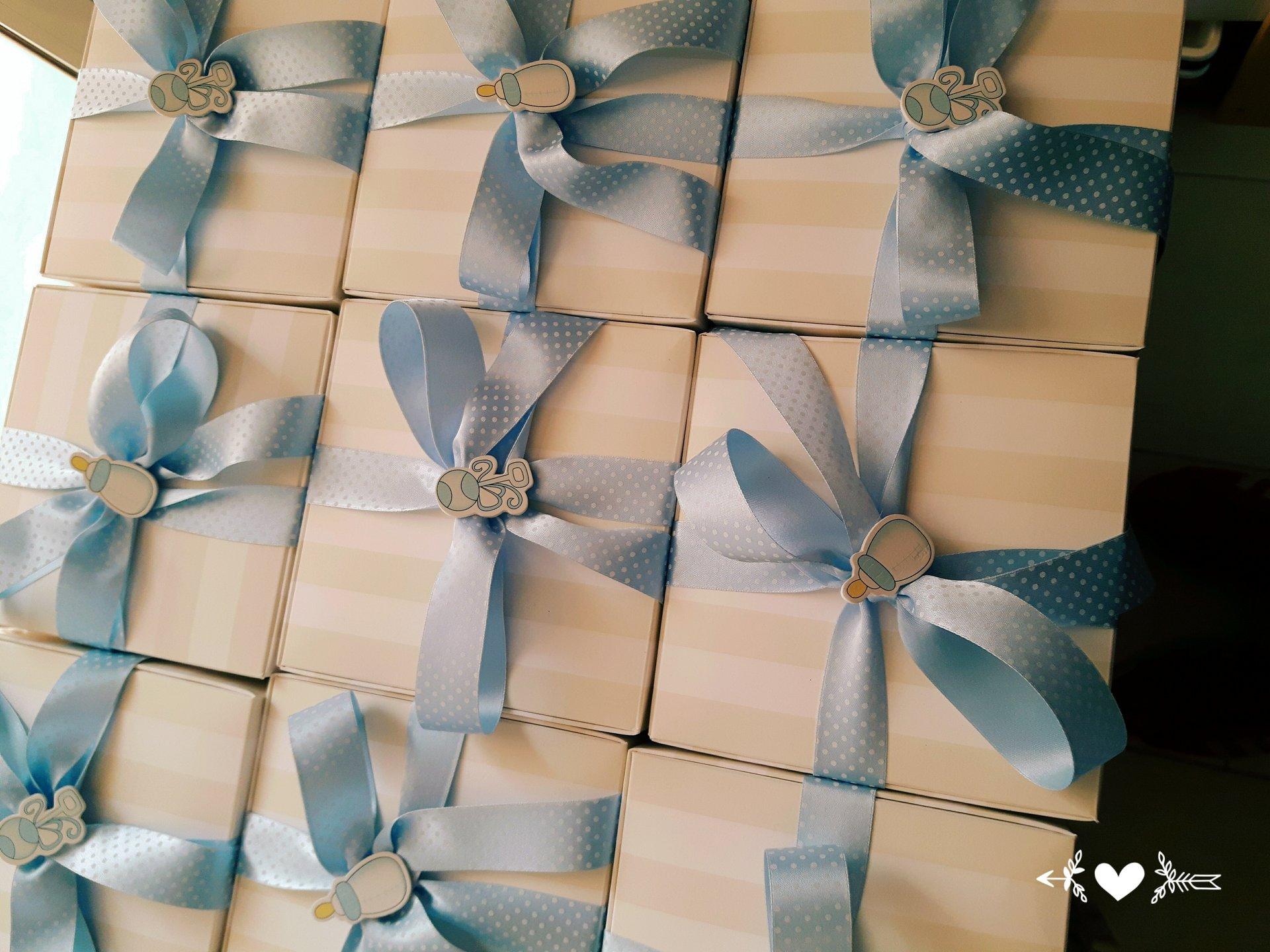 confezioni regalo con nastro azzurro