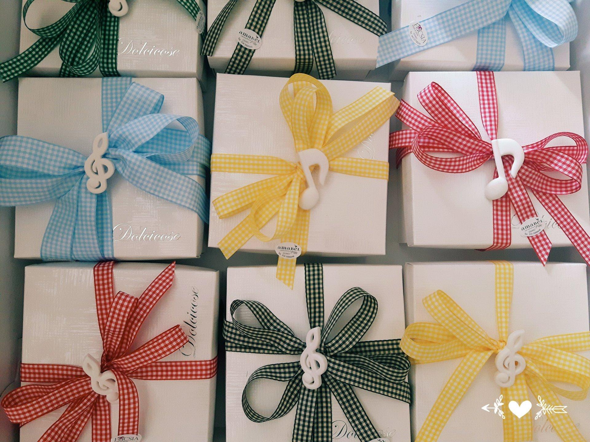 pacchetti regalo con fiocchi personalizzati