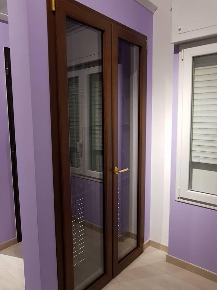 Porta chiusa, in legno con vetri
