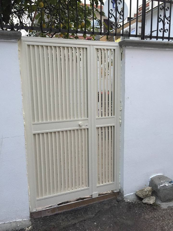 porta bianca da esterni chiusa