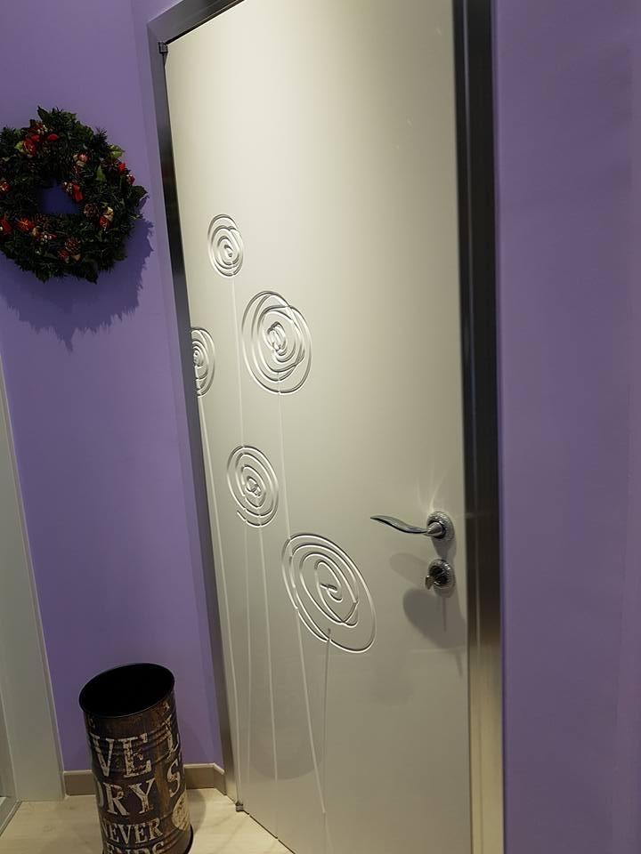porta bianca con decorazioni