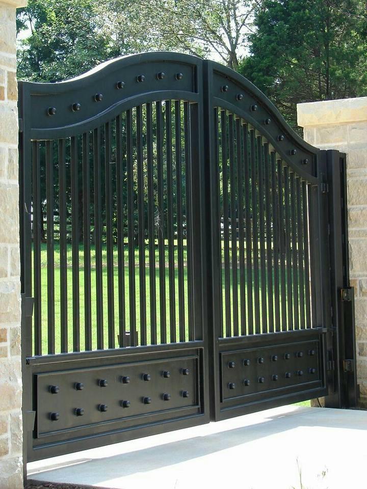 Cancello di un giardino chiuso, in ferro
