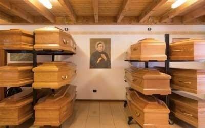 esposizione di cofani funebri in legno