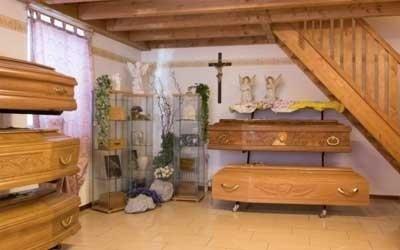 esposizione di cofani e decorazioni funebri