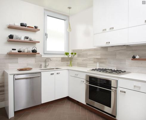 cucina con una finestra dagli infissi in alluminio