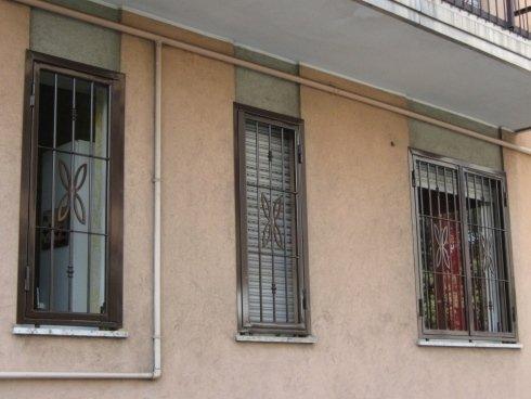 finestra stretta con grata
