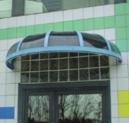 tettoia a semicerchio sopra un portone