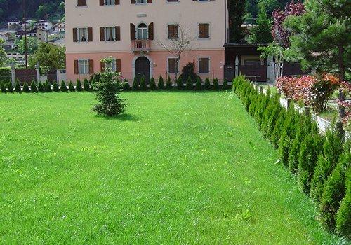 una villa con davanti un ampio prato