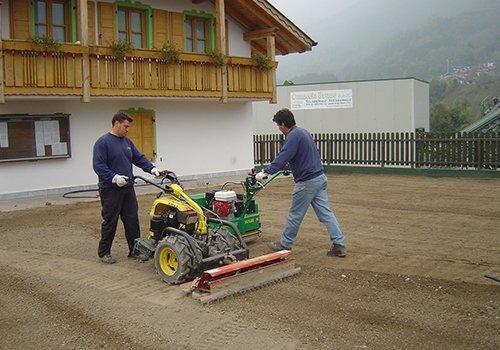 due uomini al lavoro con dei macchinari agricoli