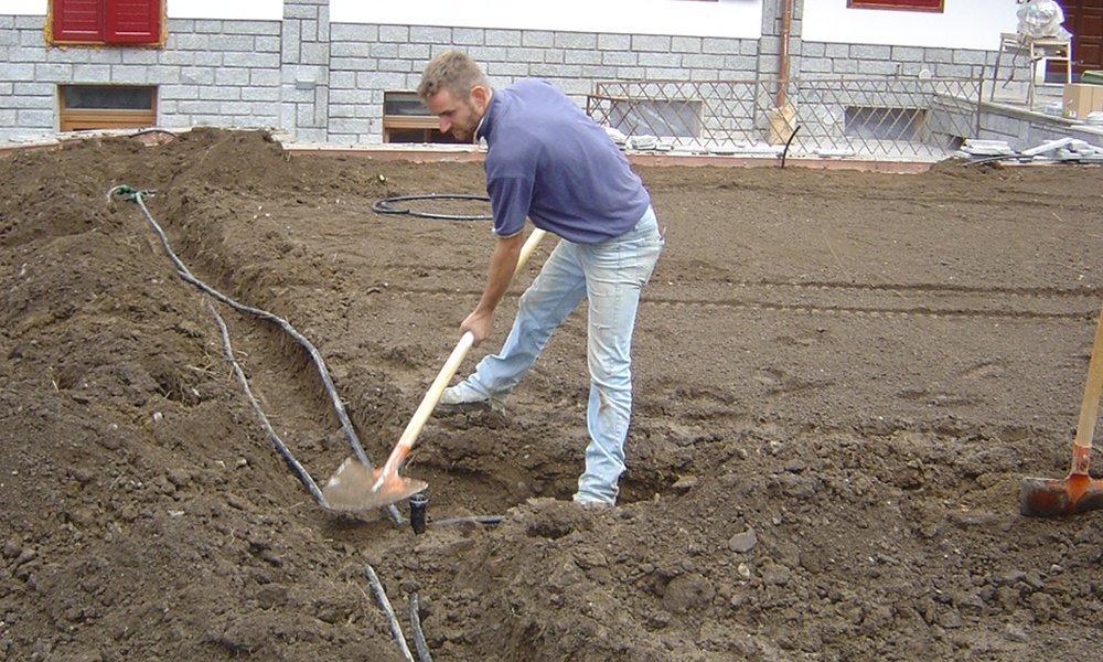 un ragazzo che scava