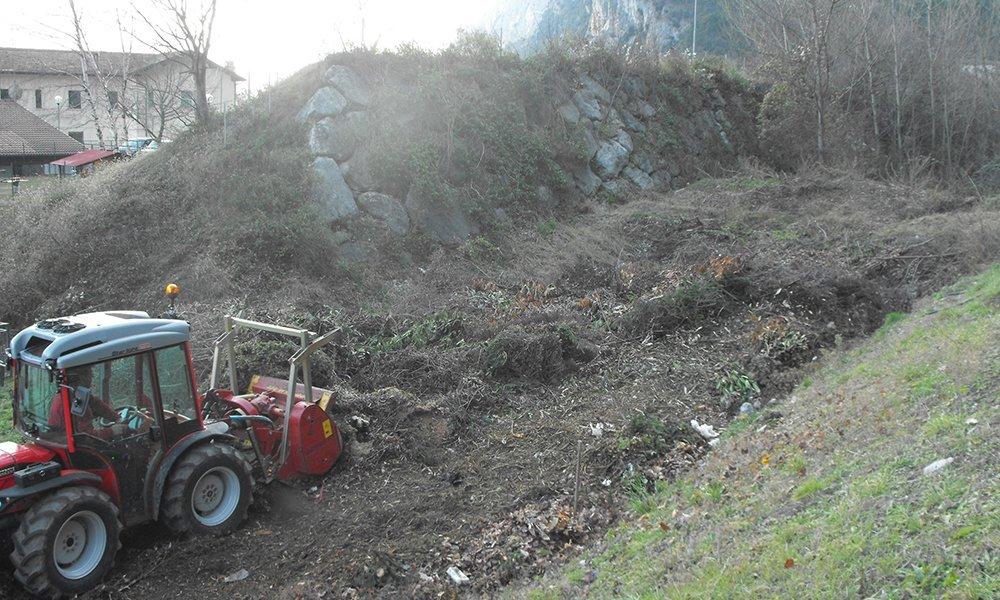 un trattore in un terreno