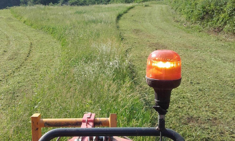 vista dal trattore di una luce e del prato tagliato