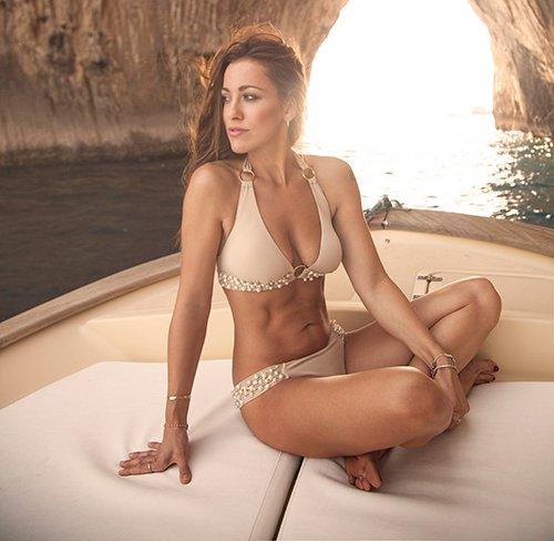 modella su una barca