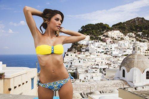 modella con panorama greco alle spalle