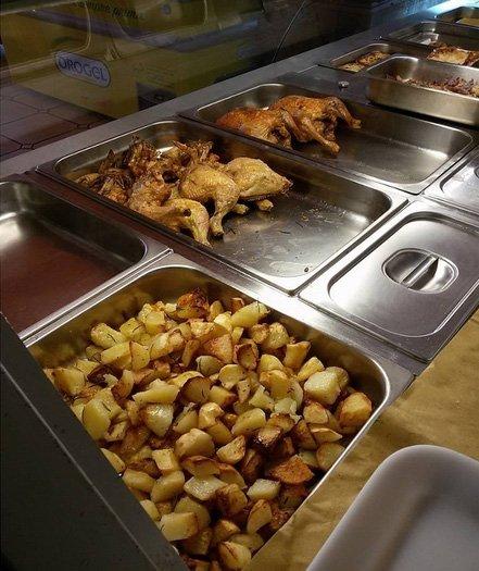Dei vassoi con patate al forno e dell arrosto di pollo