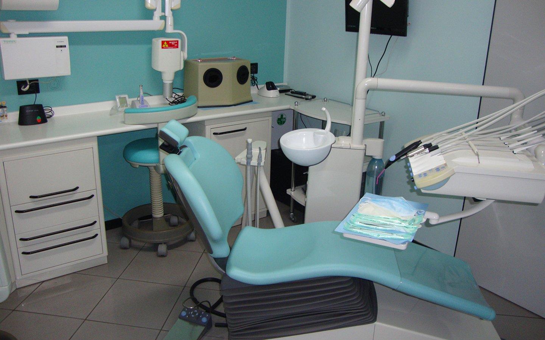 interno dello studio dentistico con lettino e attrezzatura