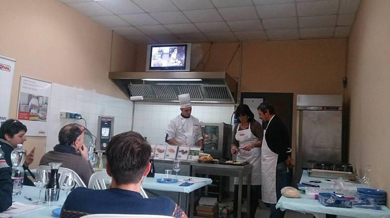 Cuochi preparano il cibo a Orbetello, GR