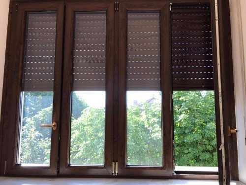 Finestra di legno con persiana di colore marrone