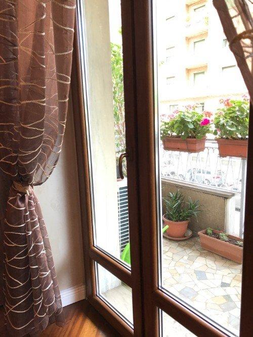 Stanza con pavimento in legno, porte in vetro,scaffale di opera e apparato di aria condizionata