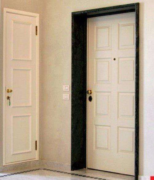 Due porte bianche di accesso all'abitazione e ripostiglio