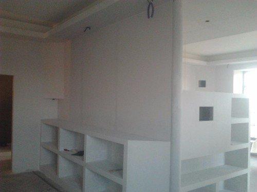 Habitacion bianca con gli scaffali d'opera
