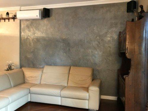 Salon con sofà,mobile in legno classico e apparato di aria condizionata