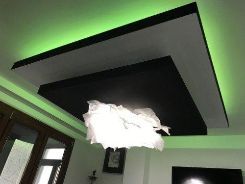 Pezzo bianca di progettazione impiccando sotto due quadrati sovrapposti nel tetto