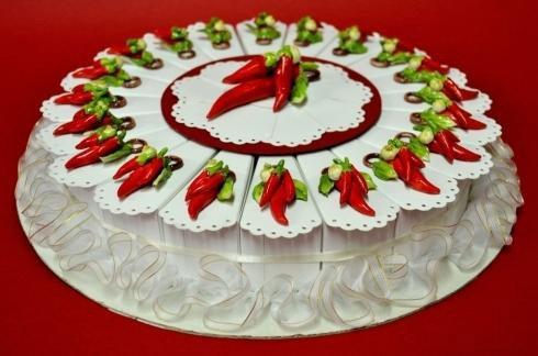 Torta cassa di conclusione. Ogni porzione di torta è una scatola che contiene un ricordo dell'evento. Questa è per un congedo da celibe