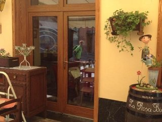 Serramento in Pvc con (Boiserie) rivestimento in legno Larice (Ristorante La Rosa Bianca Saint Vincent (ao).