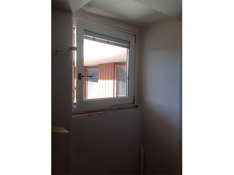 Serramento bicolore Int bianco con maniglia combinata, esterno Rovere Miele con veneziana interno camera elettrica