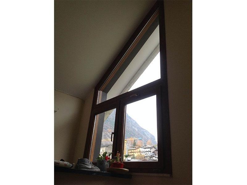 finestra a trapezio, in pv/ colore noce tinto legno (villetta privata)