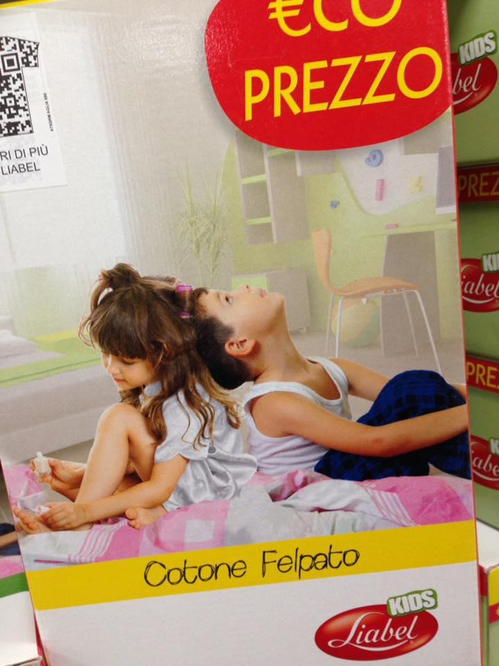 un'immagine con un bambino e una bambina seduti sul letto e sotto scritto Cotone Felpato, liabel