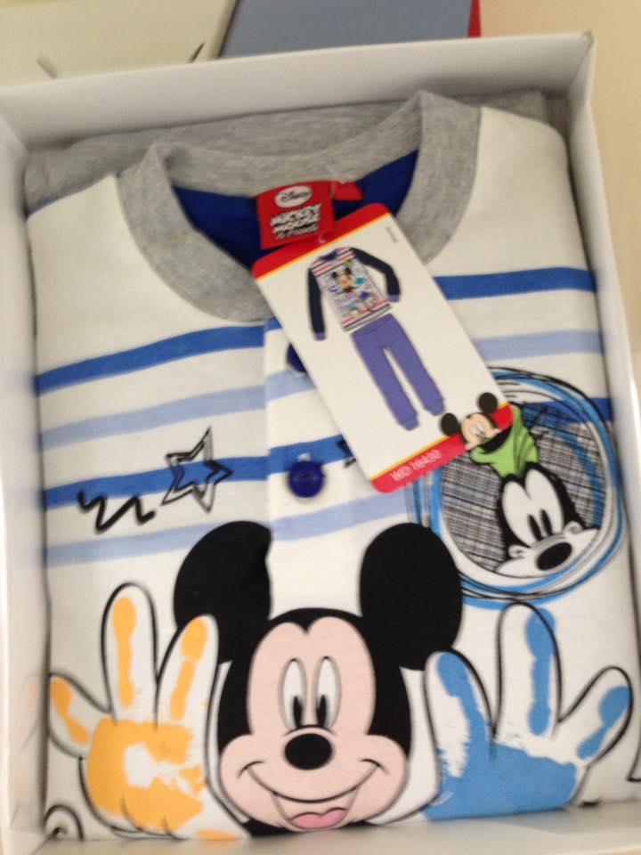 una maglietta bianca con colletto grigio a righe con disegnati Pippo e Topolino