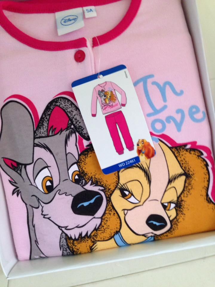 una maglietta rosa con colletto rosso con Lilly e il Vagabondo
