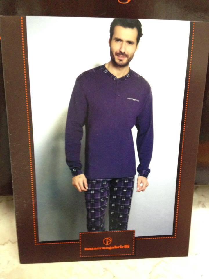 foto in una cornice di un uomo che indossa una maglia blu e dei pantaloni a scacchi blu a strisce nere e bianche