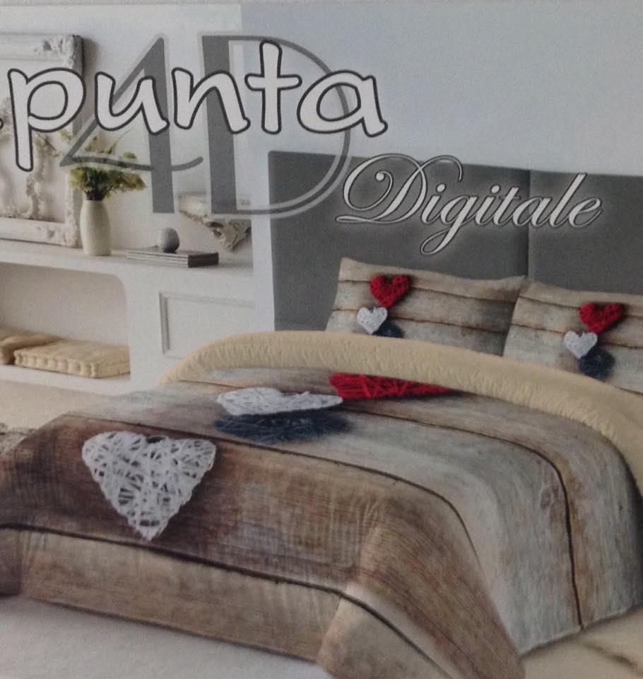 un letto con cuscini e piumone color beige scuro con dei cuori rossi e bianchi