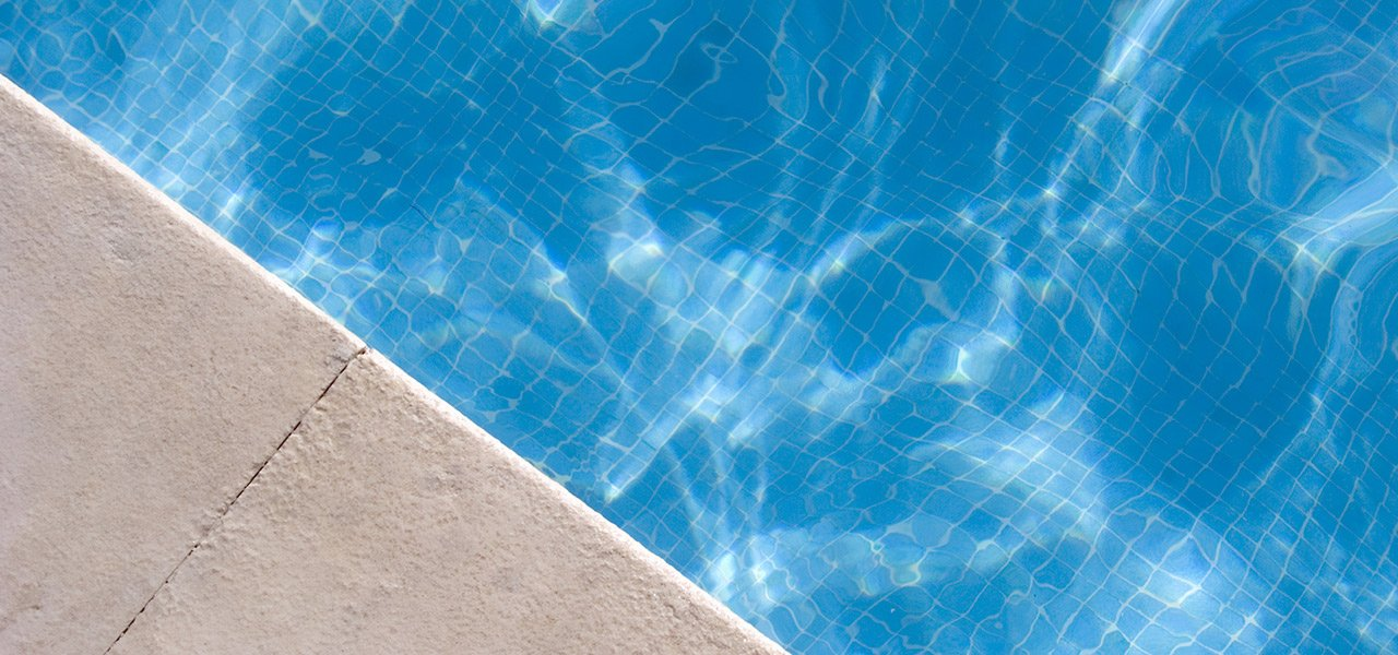 vista dall`alto di una piscina con muretto