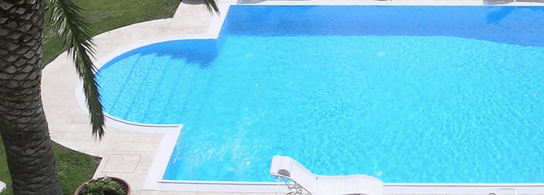 limpida piscina in mezzo a un giardino