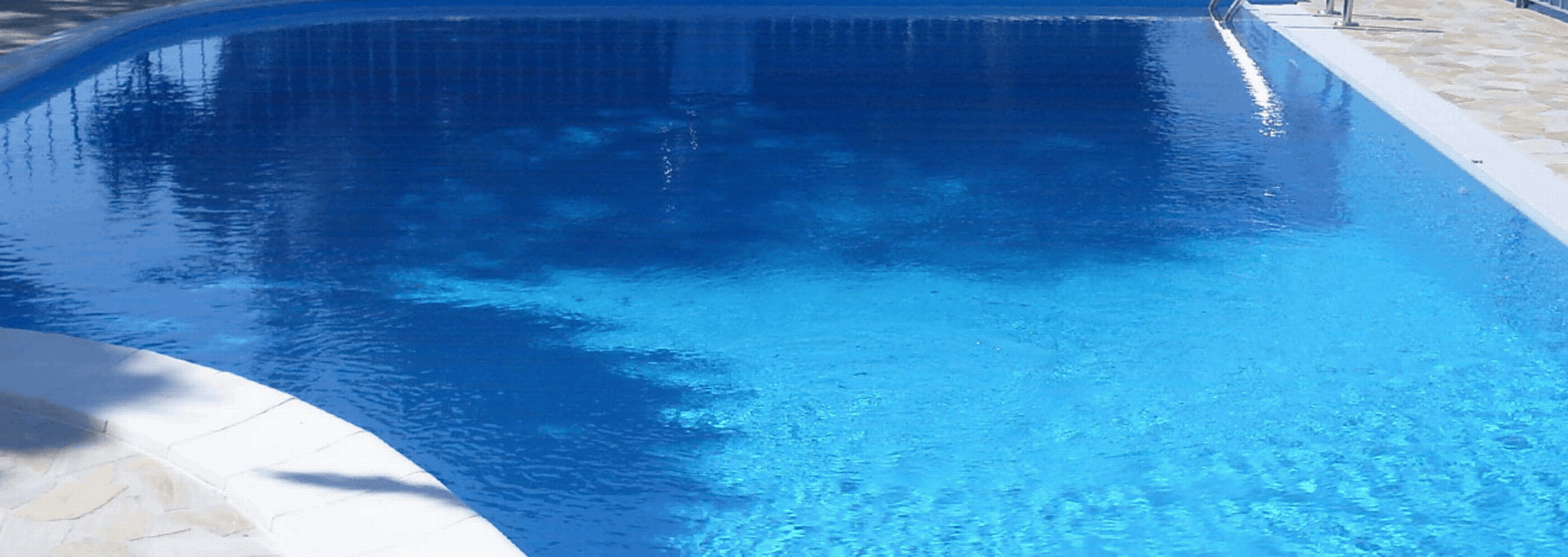 acqua limpida di una piscina