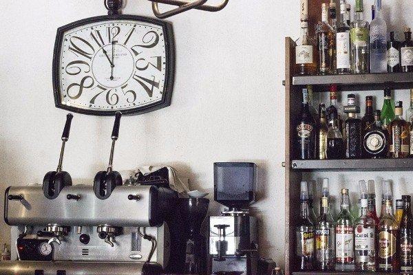orologio appeso al muro di una cucina