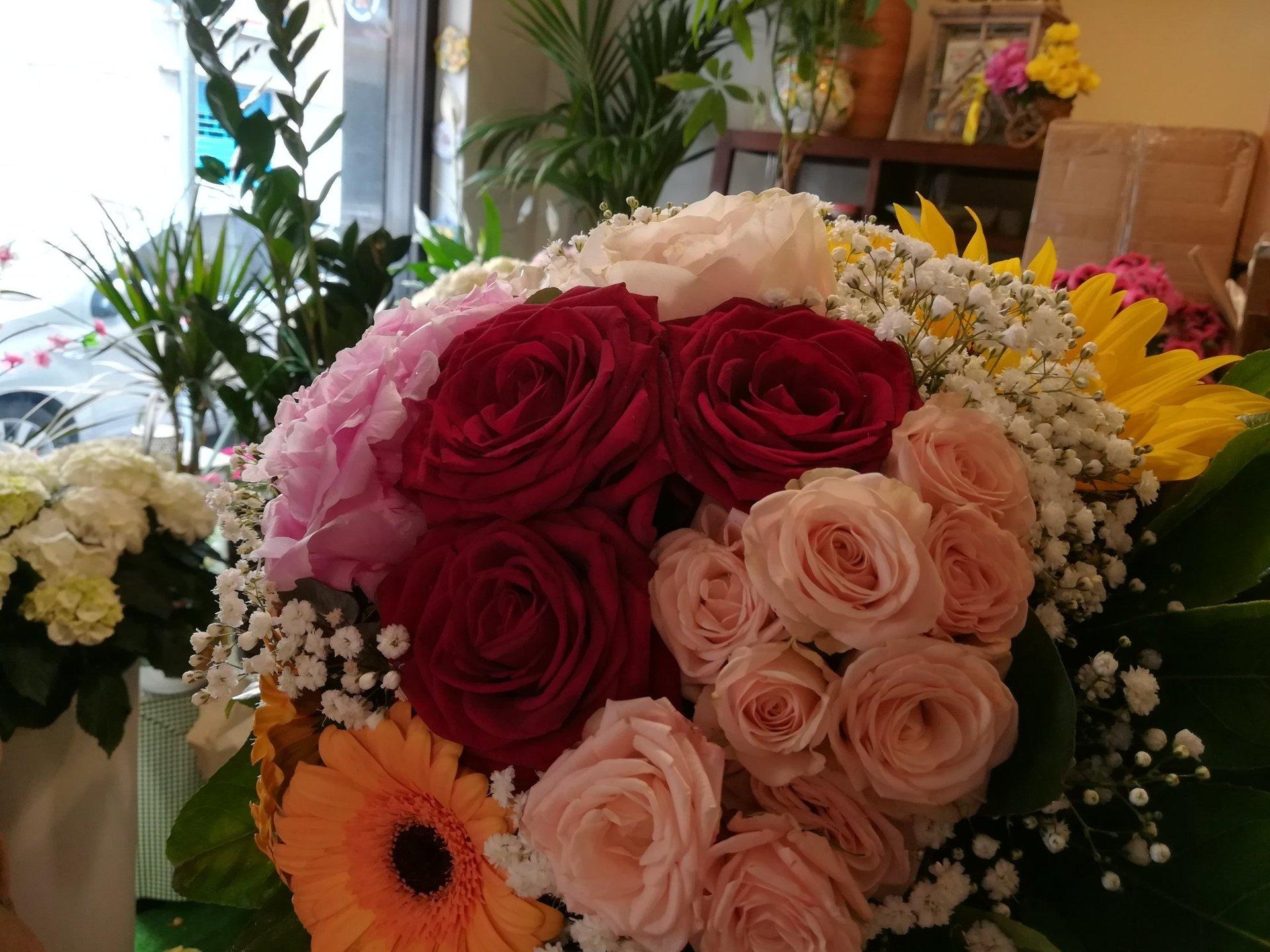 Composizione di rose e girasoli
