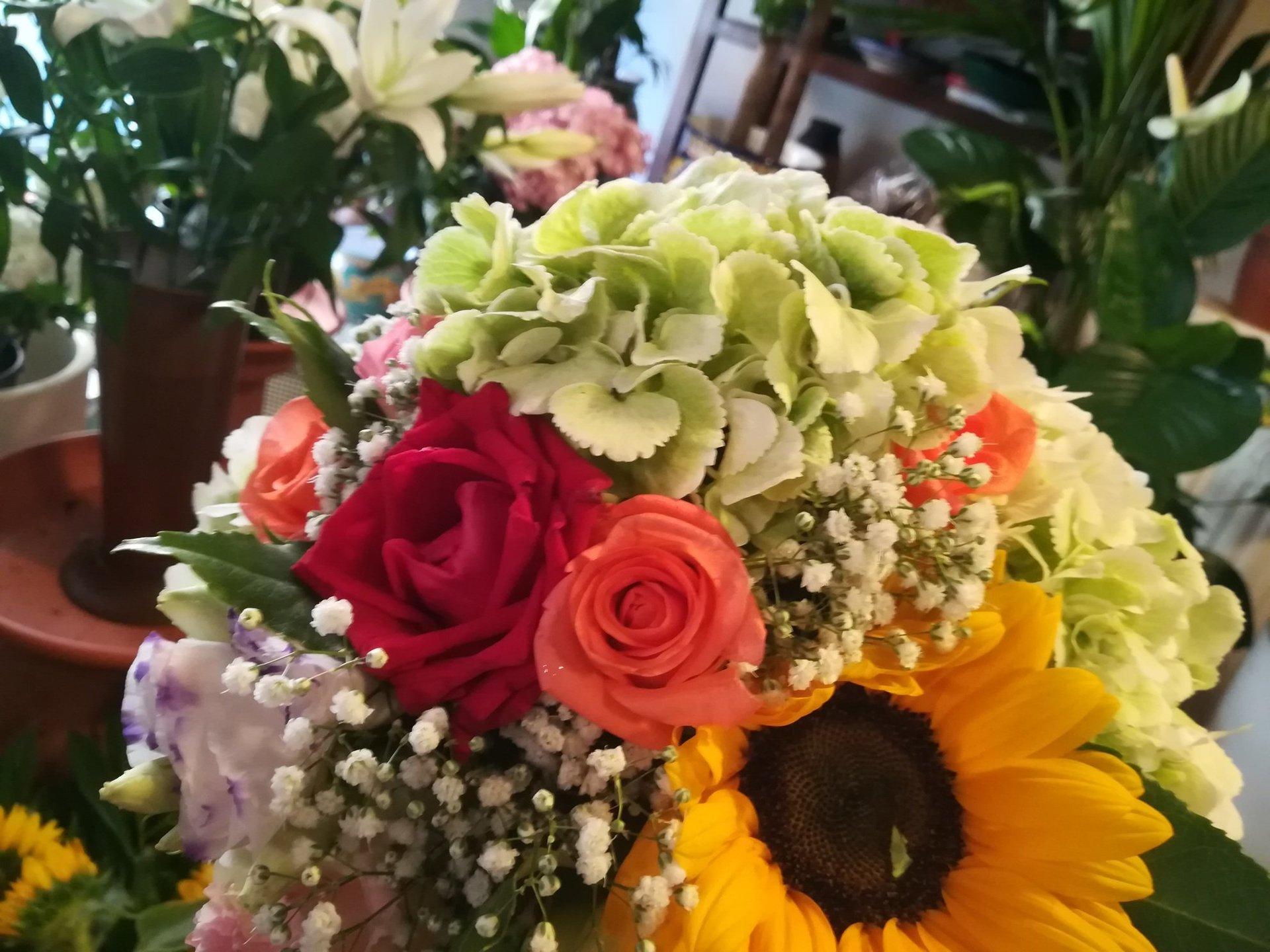 Bouquet di rose e girasole